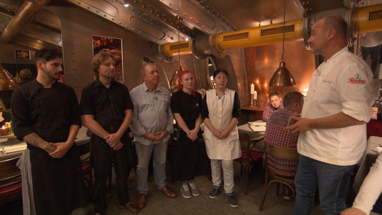 """Wird es Sternekoch Frank Rosin (r.) gelingen, das Restaurant """"Silberpfeil"""" von Michael (3.v.l.) und seiner Familie vor dem endgültigen Ruin zu bewah... - Bildquelle: kabel eins"""