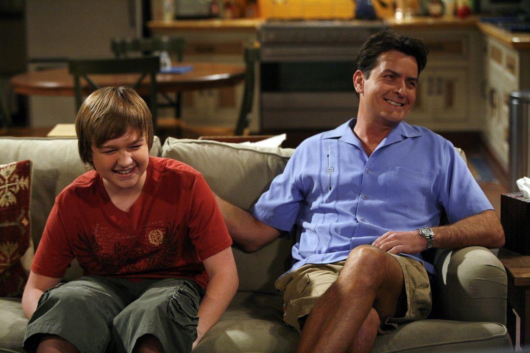 Charlie (Charlie Sheen, r.) versucht Jake (Angus T. Jones, l.), der Angst hat auf eine Party zu gehen, da ihn dort ein Mädchen ihn vernaschen will,... - Bildquelle: Warner Brothers Entertainment Inc.