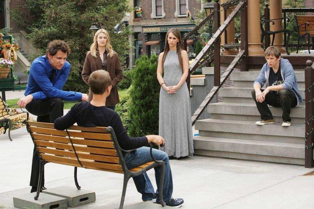 Eli James (Jamie Kennedy, l.) und Melinda (Jennifer Love Hewitt, 2.v.r.) versuchen Garrett (Hank Harris, r.) und Nathan (Chad Lowe, vorne 2.v.l.) vo... - Bildquelle: ABC Studios