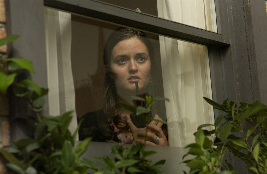 Erin Kendall (Dianca McKellar), eine junge M.I.T.-Absolventin, behauptet nachts einen Mord im Haus gegenüber beobachtet zu haben. Doch entspricht da... - Bildquelle: CBS Television