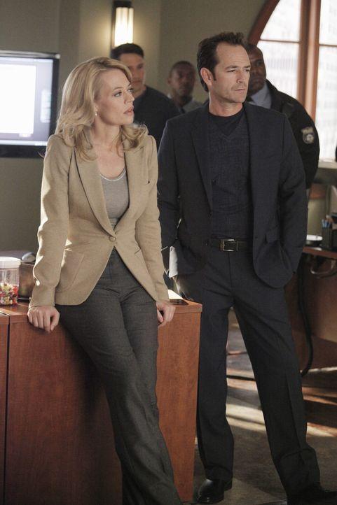 Dr. Charles Stafford (Luke Perry, r.) soll Dr. Kate Murphey (Jeri Ryan, l.) bei der Aufklärung des aktuellen Falles helfen ... - Bildquelle: ABC Studios
