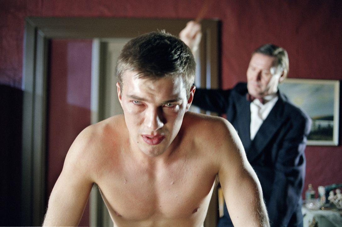 Immer wieder wird der 16-jährige Erik Ponti (Andreas Wilson, l.) von seinem Stiefvater (John Rabaeus, r.) brutal verprügelt ... - Bildquelle: MFA Filmdistribution