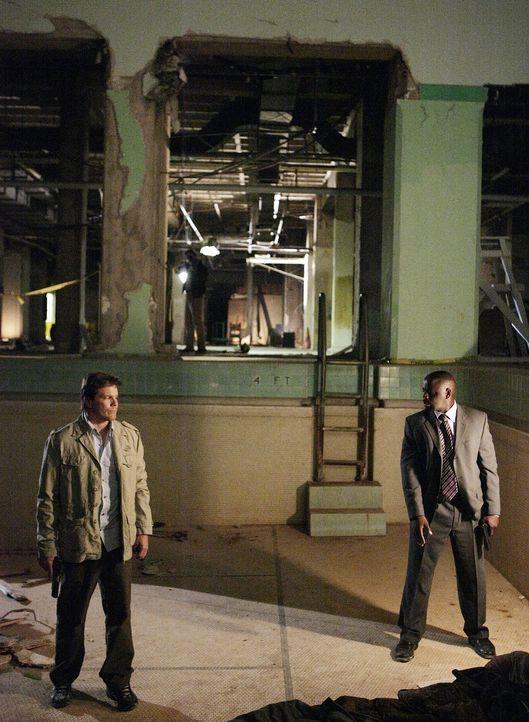 Das Team um David (Alimi Ballard, r.) und Colby (Dylan Bruno, l.) muss den Aktivisten Benjamin Polk beschützen ... - Bildquelle: Paramount Network Television