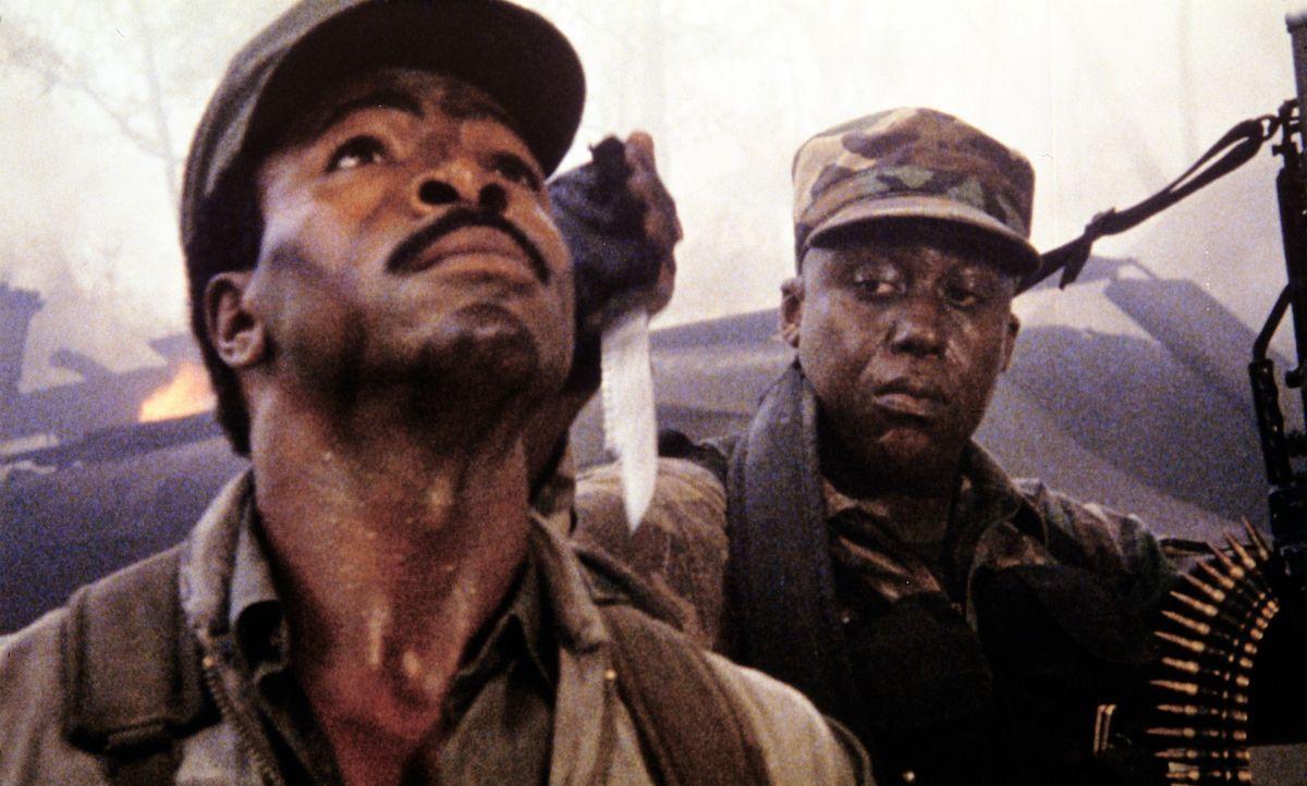 Macs (Bill Duke, r.) Misstrauen Major Dillon (Carl Weathers, l.) gegenüber wird immer stärker ... - Bildquelle: 20th Century Fox Film Corporation