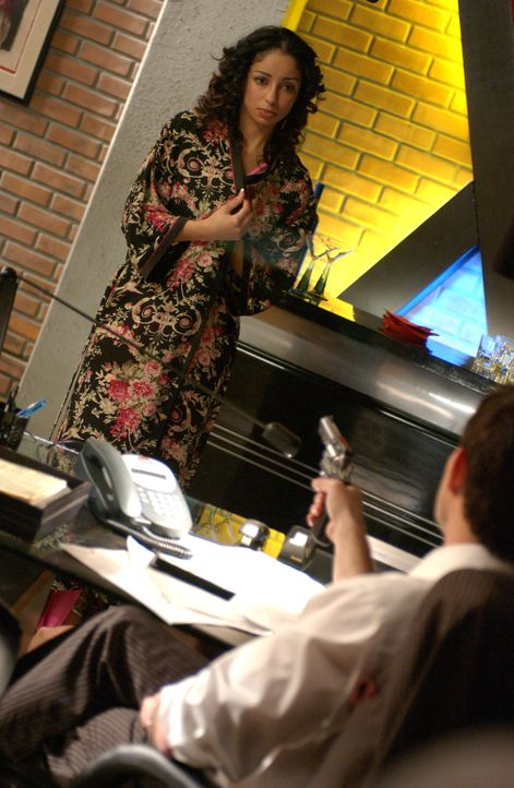 Warum bedroht Ian Hitch (Steven Brand, vorne) Samantha King (Mya, hinten) mit einer Waffe? - Bildquelle: CBS Television