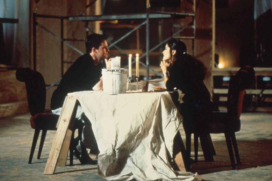 Rein logisch passen Isabel Fuentes (Salma Hayek, r.) und Alex Whitman (Matthew Perry, l.) überhaupt nicht zusammen. Aber was hat Liebe schon mit Lo... - Bildquelle: Columbia Tri-Star