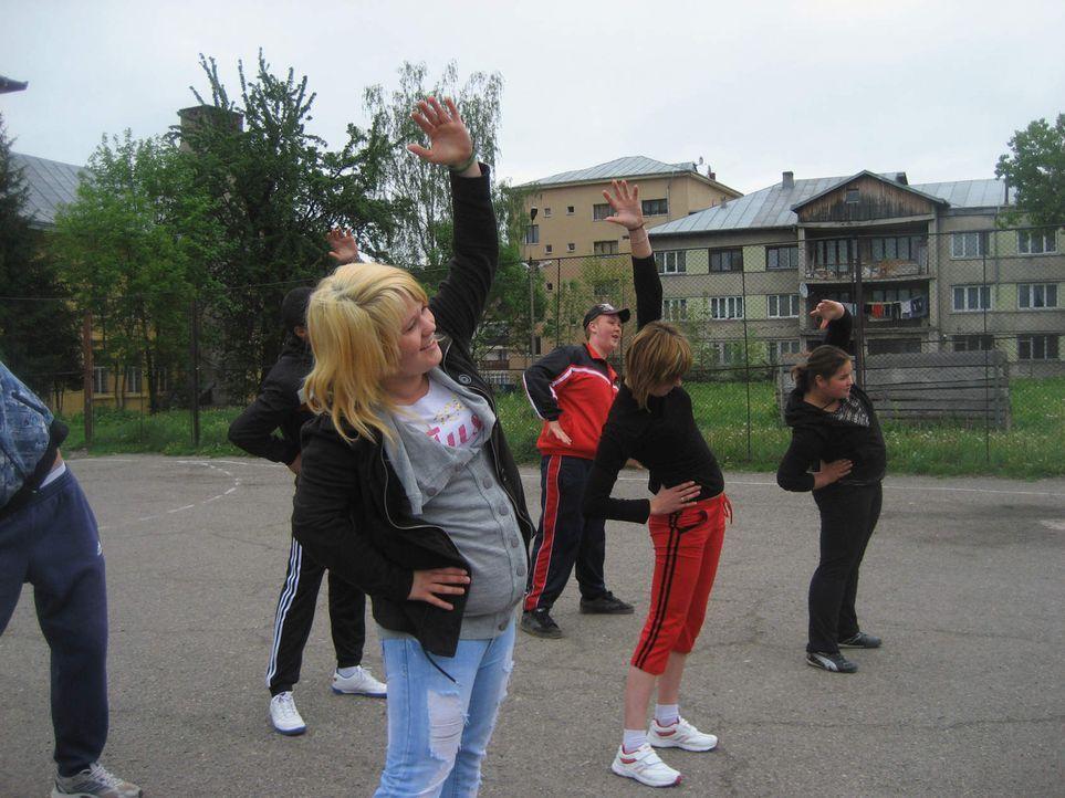 Die 17jährige Michaela (vorne) aus Hamburg ist eine kleine Ghettoprinzessin. Zwar ohne Schulabschluss, dafür aber mit einer riesengroßen Klappe ... - Bildquelle: kabel eins