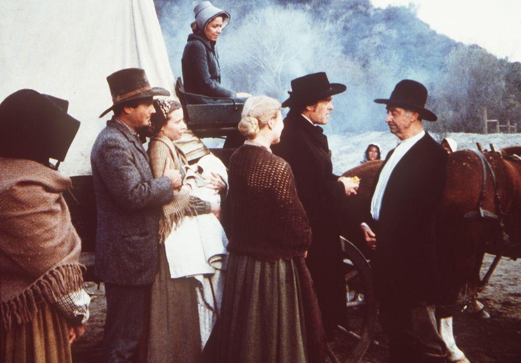Prediger Bob (James Griffith, r.) übergibt Dr. Baker (Kevin Hagen, 2.v.r.) als Dank für seine Hilfe das Gold, das die Geretteten gesammelt haben. - Bildquelle: Worldvision