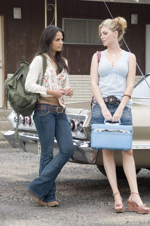 Eigentlich wollen Bayley (Diora Baird, r.) und Chrissie (Jordana Brewster, l.) mit ihren Freunden lediglich ein paar Tage in Texas einen draufmachen... - Bildquelle: 2006 Warner Brothers
