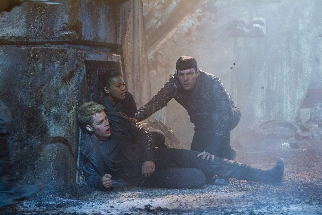 Im Visier des Bösen: (v.l.n.r.) Kirk (Chris Pine), Uhura (Zoe Saldana) und Spock (Zachary Quinto) ... - Bildquelle: Zade Rosenthal 2013 Paramount Pictures.  All Rights Reserved. / Zade Rosenthal