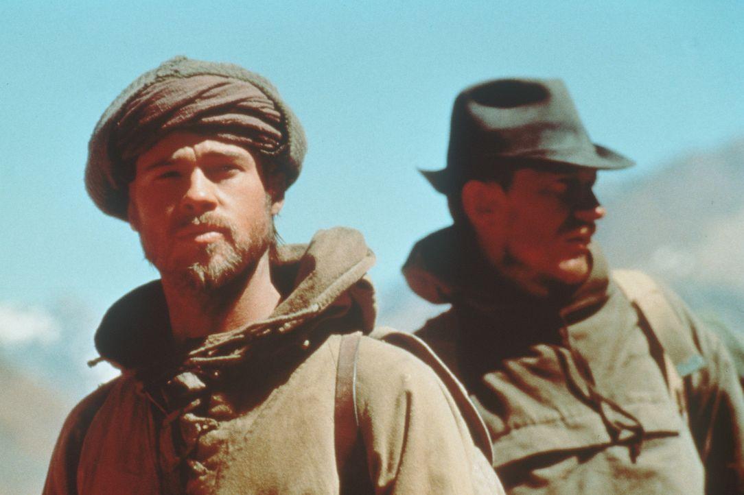 Heinrich Harrer (Brad Pitt, l.) und seinem Bergsteiger-Kollegen Peter Aufschnaiter (David Thewlis, r.) gelingt die Flucht aus dem Gefangenenlager ... - Bildquelle: TriStar Pictures