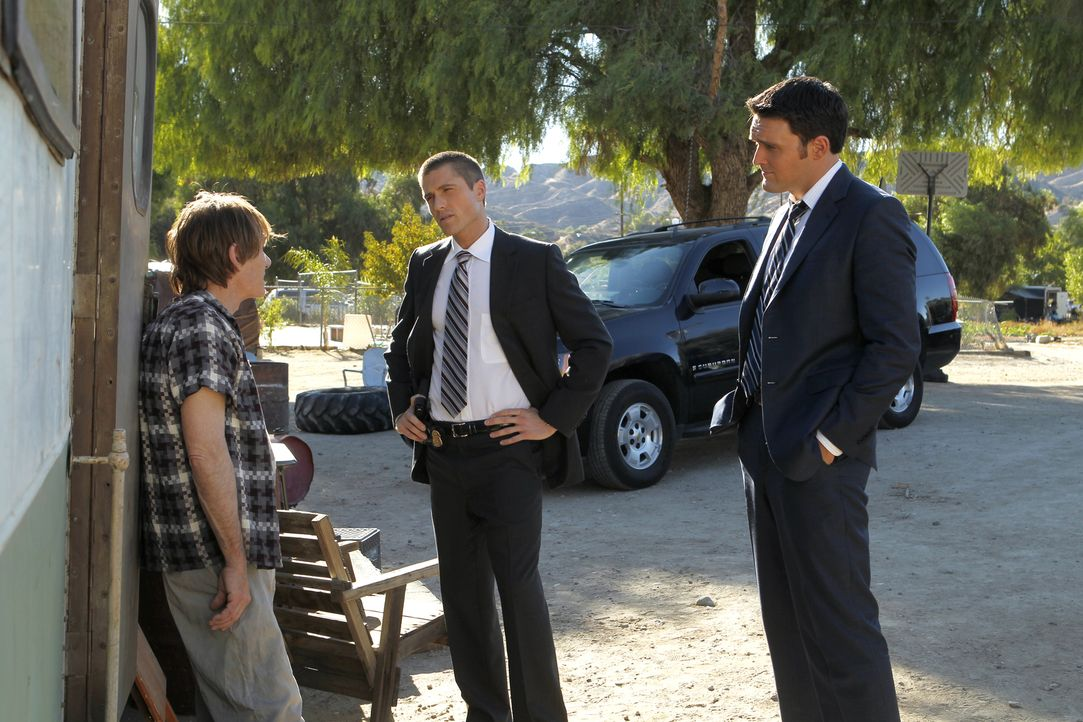 Nachdem Patrick Jane entführt wurde, beginnen Wayne (Owain Yeoman, r.) und Craig (Eric Winter, M.) mit den Ermittlungen und stoßen dabei auf Greogor... - Bildquelle: Warner Bros. Television