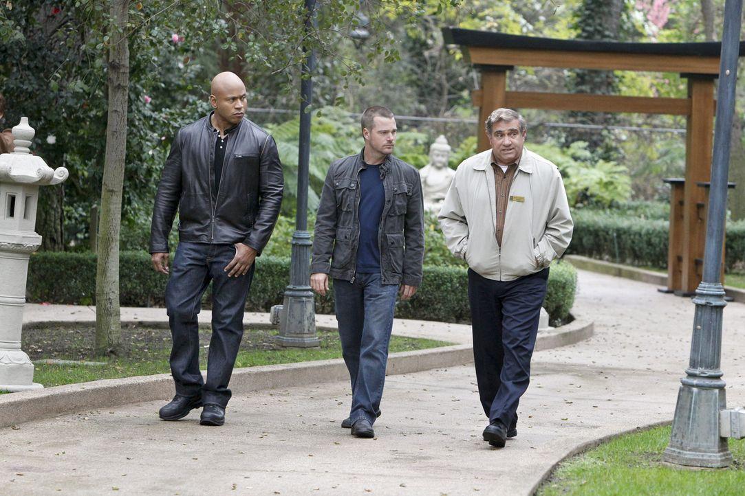 Callen (Chris O'Donnell, M.) und Sam (LL Cool J, l.) ermitteln in einem neuen Fall und hoffen dabei auf Hilfe von James Cleary (Dan Lauria, r.). Doc... - Bildquelle: CBS Studios Inc. All Rights Reserved.