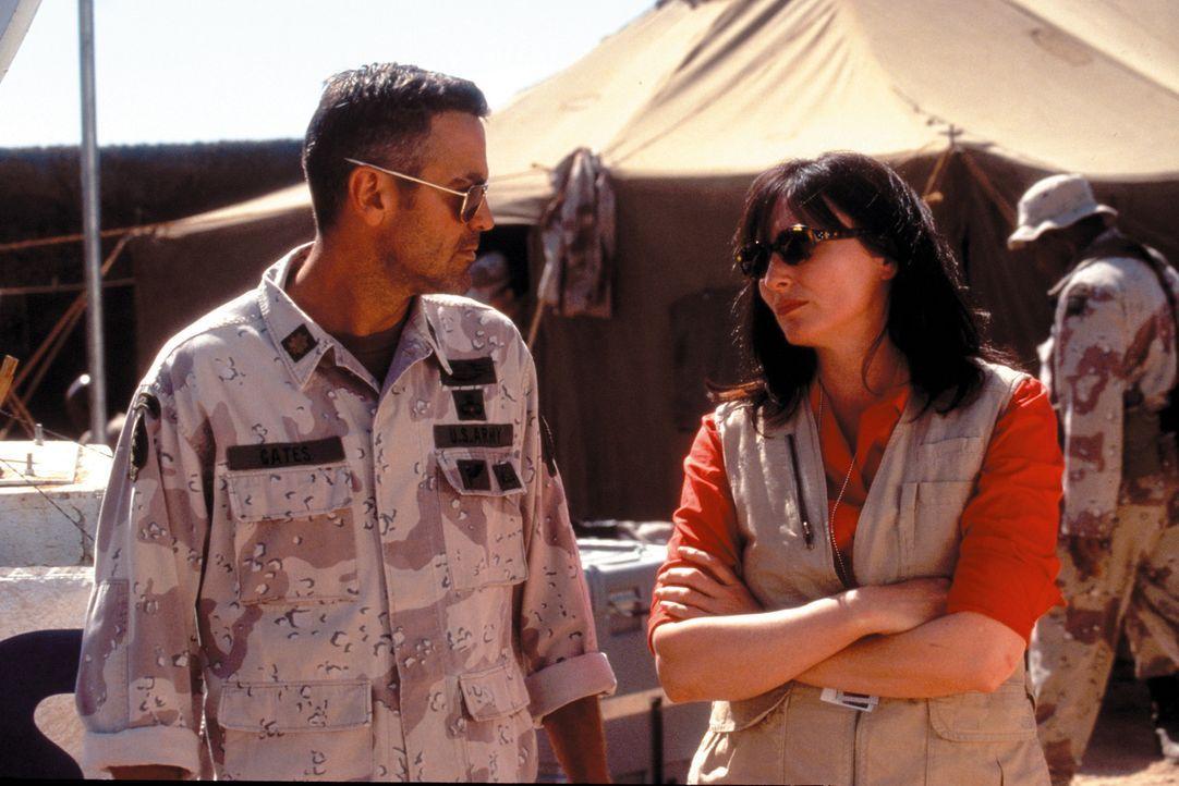 Ahnt noch nicht, dass ihn bald das wirkliche Leben einholt: der US-Soldat Archie (George Clooney, l.) ... - Bildquelle: Warner Bros. Pictures