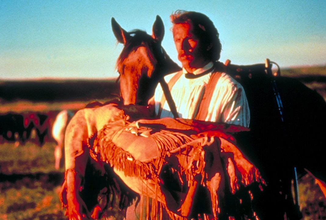 """Als sich Leutnant John Dunbar (Kevin Costner, l.) der verletzten""""Steht mit einer Faust"""" (Mary McDonnell, r.) annimmt, ist dies der Beginn eines neue... - Bildquelle: Orion Pictures Corporation"""