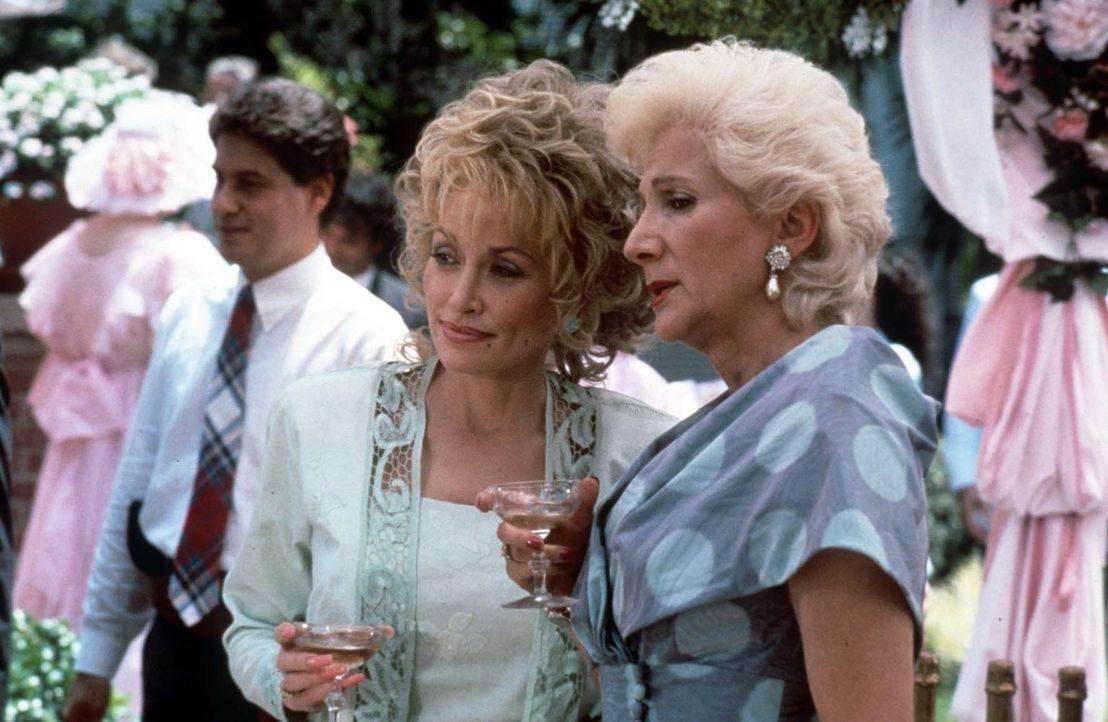 Truvy (Dolly Parton ,l.) und Clairee (Olympia Dukakis, r.) lassen keine Gelegenheit aus, um den neusten Klatsch und Tratsch aus zu tauschen und einf... - Bildquelle: TriStar Pictures