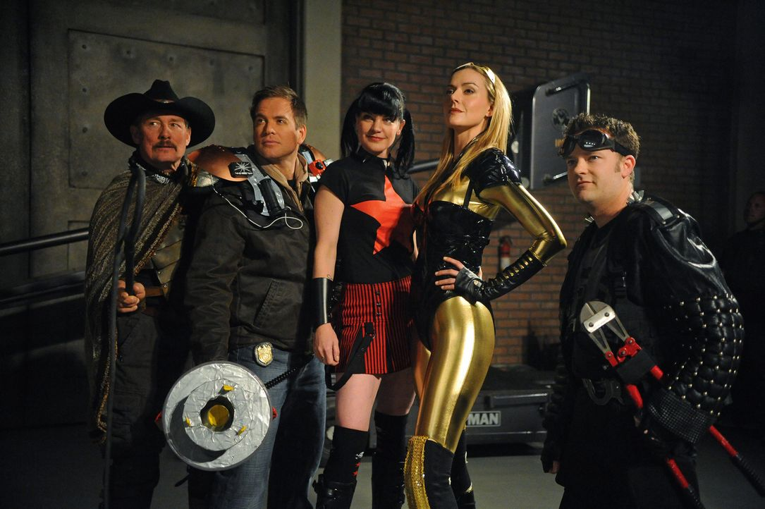Superhelden: (v.l.n.r.) Tom Ventura (Tom Lind), Tony (Michael Weatherly), Abby (Pauley Perrette), Spandaxia (Allison McAtee) und Boltcutter (Shannon... - Bildquelle: 2012 CBS Broadcasting Inc. All Rights Reserved.