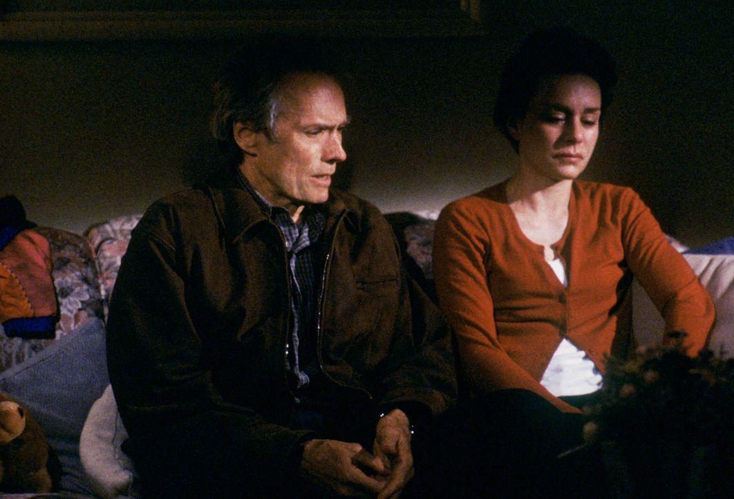 Ihre Ehe steht auf dem Spiel: Steve (Clint Eastwood, l.) und Barbara Everett (Diane Venora, r.) ... - Bildquelle: Warner Bros.