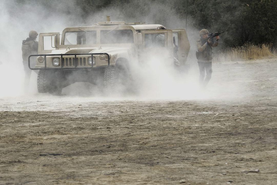 Das NCIS-Team möchte Senator Phillips nach einem persönlichen Schicksalsschlag sicher von Afghanistan zurück in die USA eskortieren, doch dann gerät... - Bildquelle: Cliff Lipson 2017 CBS Broadcasting, Inc. All Rights Reserved. / Cliff Lipson