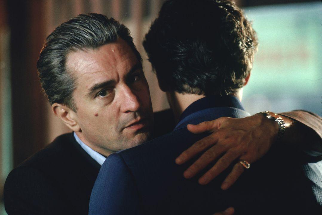 """Noch ist die Welt in Ordnung: Jimmy """"The Gent"""" Conway (Robert De Niro, l.) nimmt Henry Hill (Ray Liotta, r.) in der """"Familie"""" auf ... - Bildquelle: Warner Bros."""