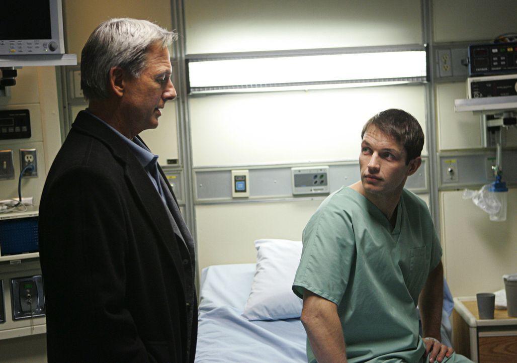 Gibbs (Mark Harmon, l.) und seine  Leute versuchen fieberhaft, die Ursache für die  Verstrahlung zu finden. Bald stellt sich heraus, dass  eine Kist... - Bildquelle: CBS Television