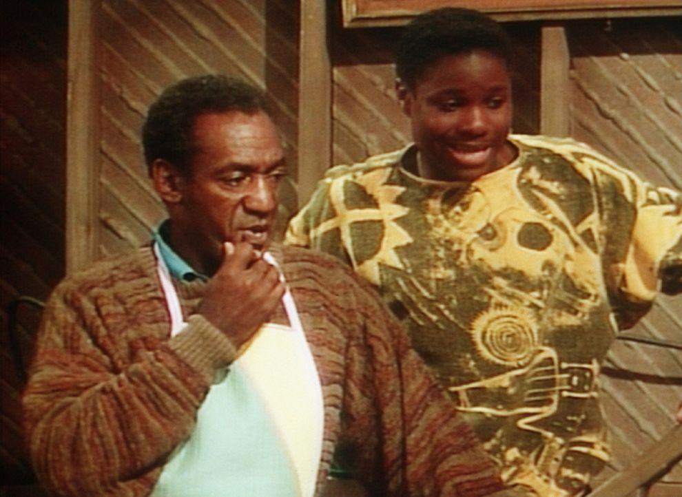 Vater (Bill Cosby, l.) und Sohn (Malcolm-Jamal Warner, r.) beweisen sich bei der Schlangenjagd im Keller gegenseitig ihren Mut. - Bildquelle: Viacom