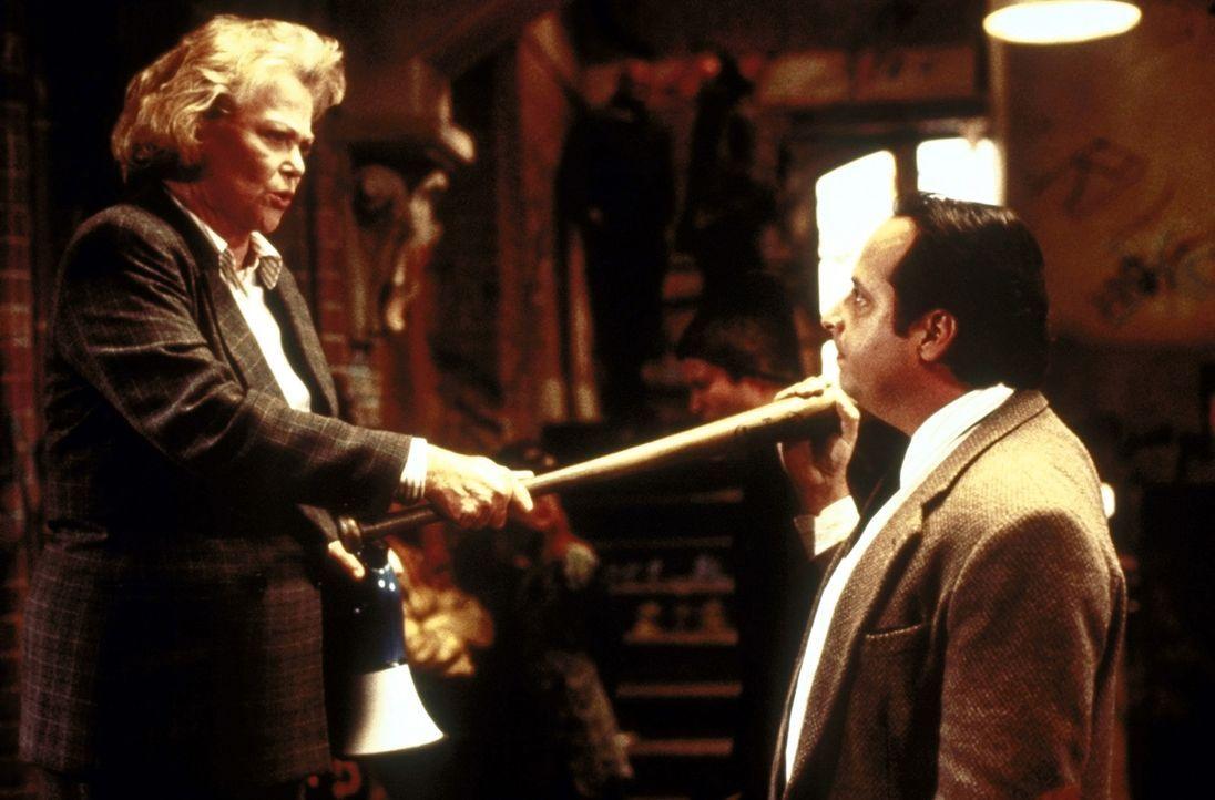 Muss noch lernen, ihr Temperament gegenüber Richard (Jon Lovitz, r.) etwas zu zügeln: die militante Direktorin Evelyn Doyle (Louise Fletcher, l.) - Bildquelle: Columbia TriStar