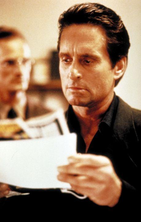 Nick Curran (Michael Douglas) ist ein Cop mit vielen Problemen. Eines Tages aber taucht ein echtes Problem auf: die aufreizende Schriftstellerin Cat... - Bildquelle: 1992 Carolco Pictures Inc. and Le Studio Canal+ S.A. All Rights Reserved.