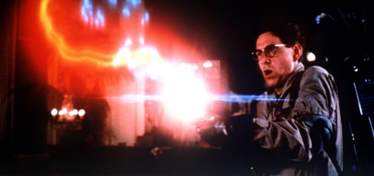 Mit seiner Strahlenpistole bekämpft Dr. Egon Spengler (Harold Ramis) einen schleimigen, widerlichen Geist ... - Bildquelle: Columbia Pictures