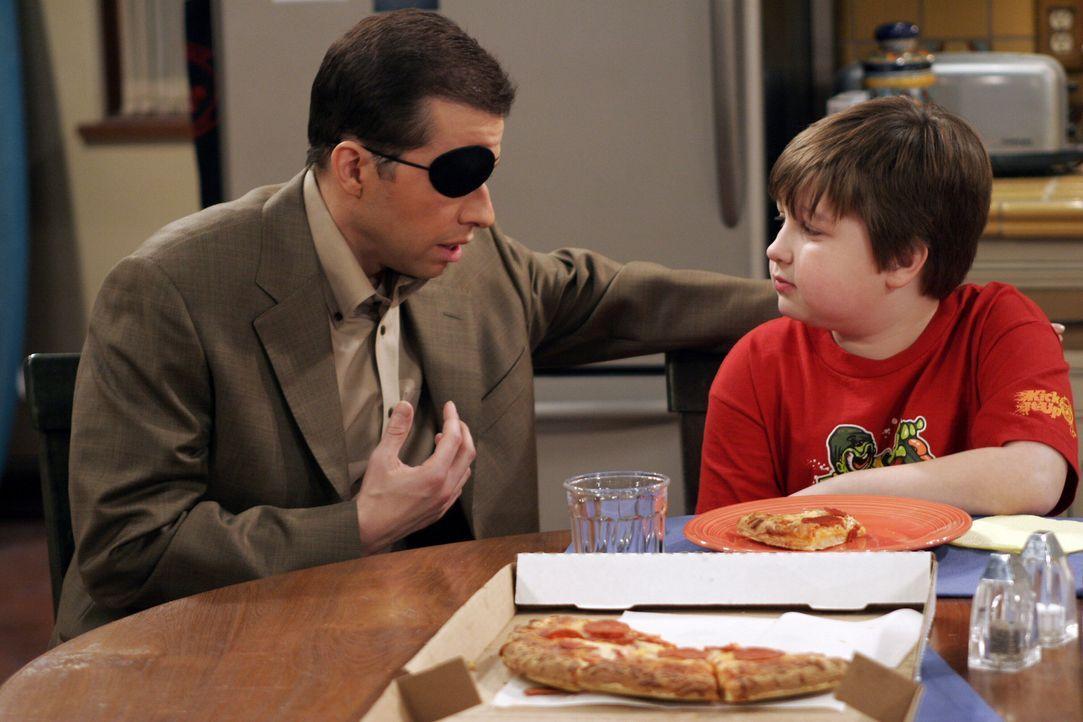 Alan (Jon Cryer, l.) erklärt seinem Sohn Jake (Angus T. Jones, r.), was mit seinem Auge geschehen ist ... - Bildquelle: Warner Bros. Television
