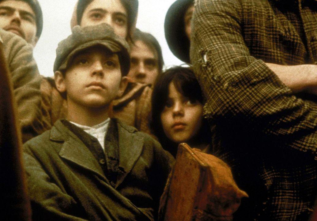 Als kleiner Junge muss Vito (Darstellername unbekannt, vorne l.)vor den Mördern seiner Familie aus Sizilien fliehen. Mutig schifft er sich nach Ame... - Bildquelle: Paramount Pictures