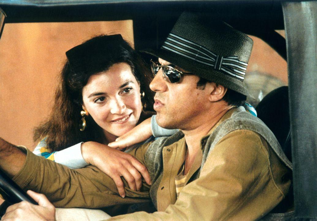 In seinem erträumten Leben hängt Eduardo (Adriano Celentano, r.) die Schauspielerei an den Nagel und verdingt sich als cooler Polizei-Commander Bogh...