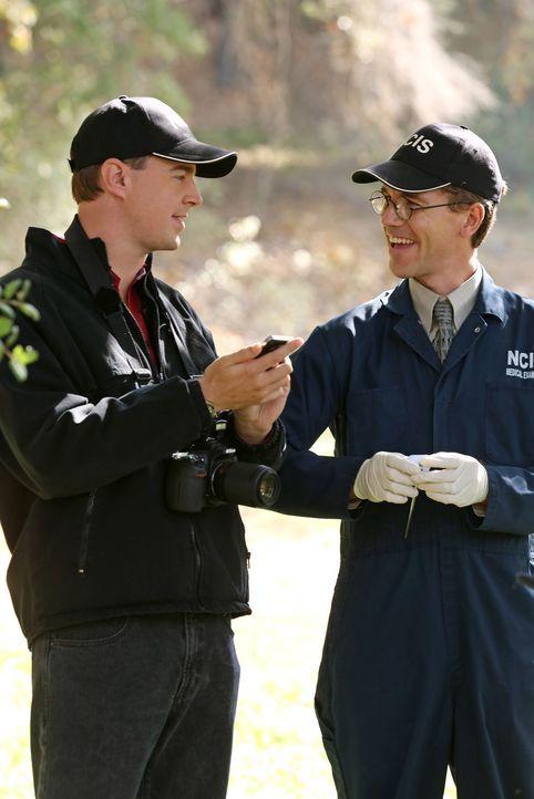 Das NCIS-Team muss den Fall um eine tödliche Fahrerflucht aufklären: McGee (Sean Murray, l.) und Jimmy (Brian Dietzen, r.) ... - Bildquelle: CBS Television
