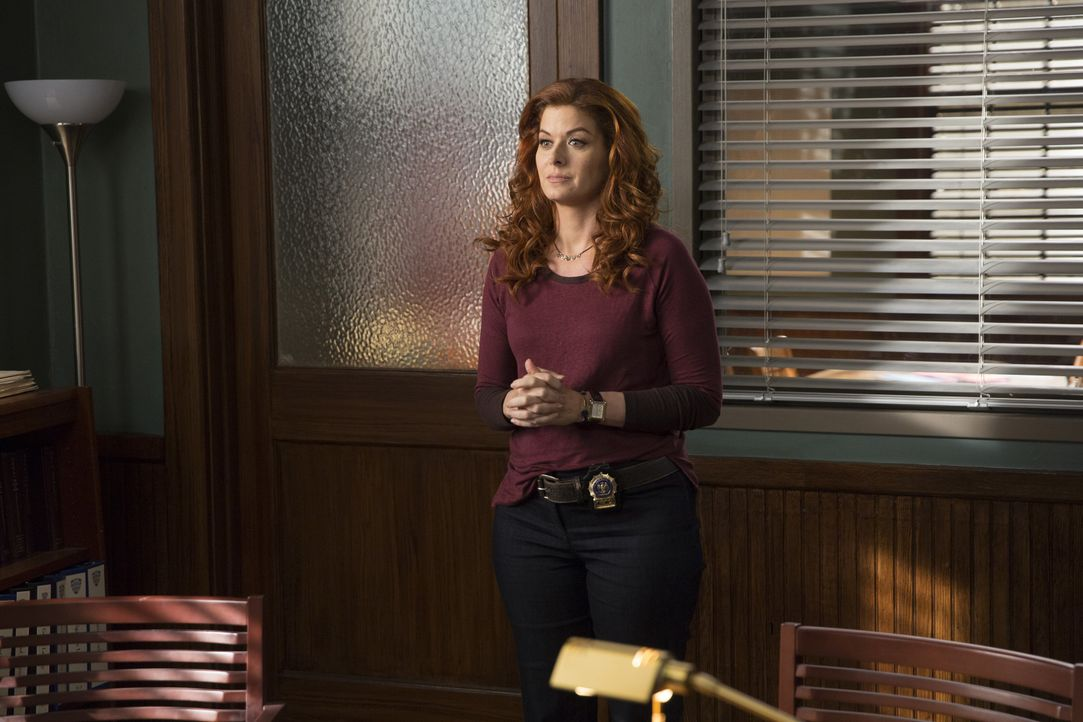 Als ein verdeckter Ermittler ermordet wird, untersucht Laura (Debra Messing) den Fall und wird so selbst zur Zielscheibe der Täter ... - Bildquelle: 2015 Warner Bros. Entertainment, Inc.
