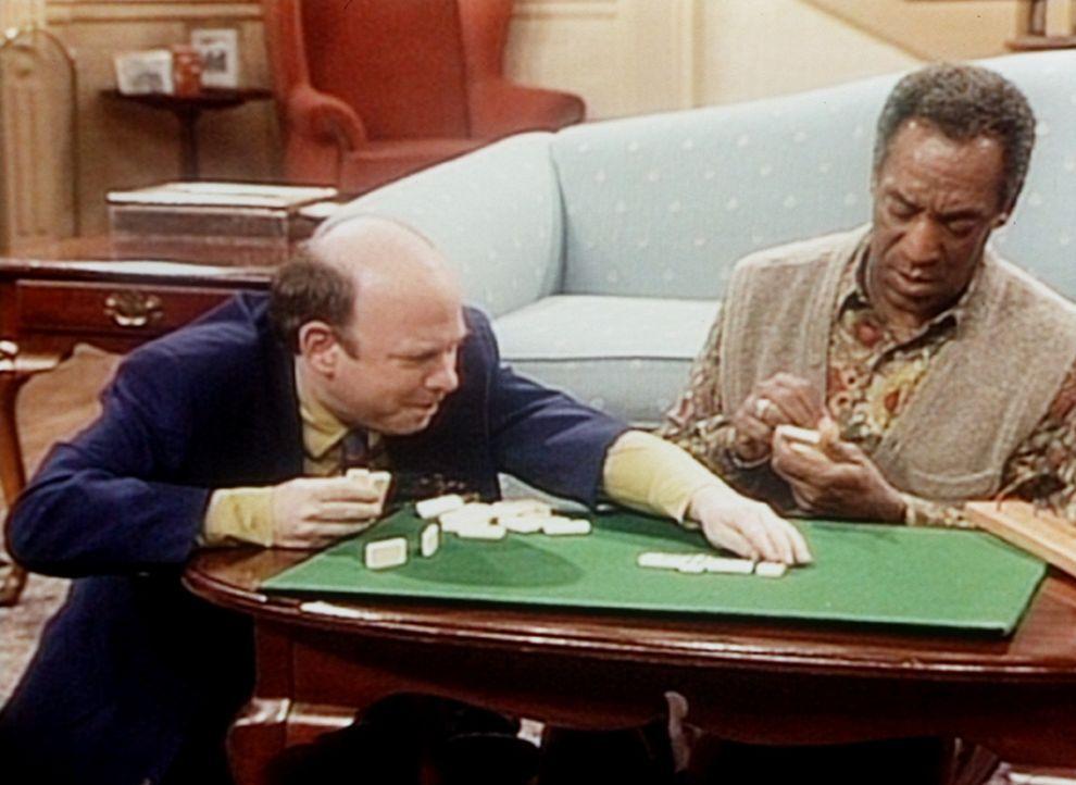 Zum Dominospielen mit Cliff (Bill Cosby, r.) hat Jeffrey (Walles Shawn, l.) sein neues Toupet abgenommen. - Bildquelle: Viacom