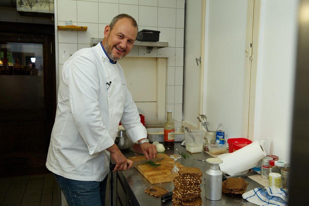 """Spitzenkoch Frank Rosin nimmt Essen und Strukturen in der """"Alten Veste"""" unter die Lupe. - Bildquelle: Walter Wehner kabel eins"""