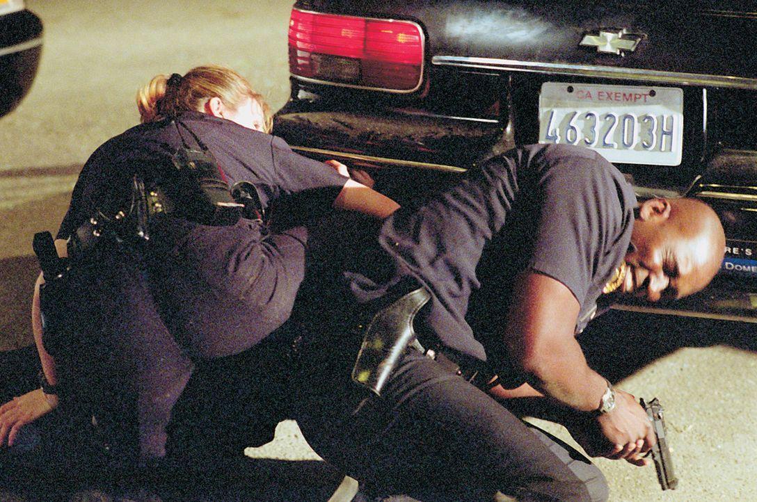 Officer Julian Lowe (Michael Jace, r.) wird angeschossen. Officer Danny Sofer (Catherine Dent, l.) versucht ihn vor weiteren Angriffen zu bewahren ... - Bildquelle: 2003 Sony Pictures Television International