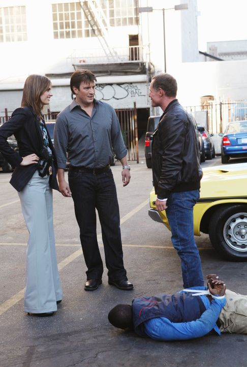 Der ehemalige Kollege von Beckett (Stana Katic, l.), Mike Royce (Jason Beghe, r.), taucht zufällig auf als sie und Castle (Nathan Fillion, 2.v.l.) d... - Bildquelle: 2010 American Broadcasting Companies, Inc. All rights reserved.
