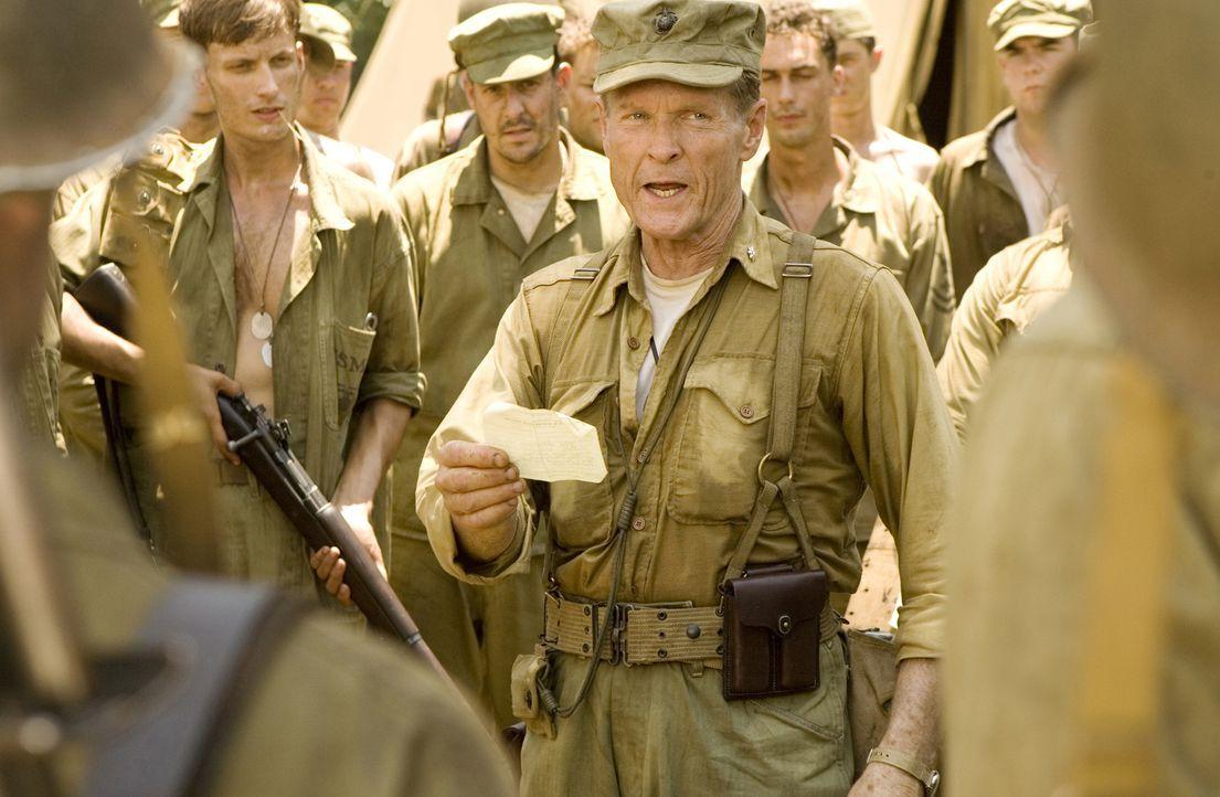 """Lewis """"Chesty"""" Puller (William Sadler, r.) führt ein strenges Regiment ... - Bildquelle: Home Box Office Inc. All Rights Reserved."""