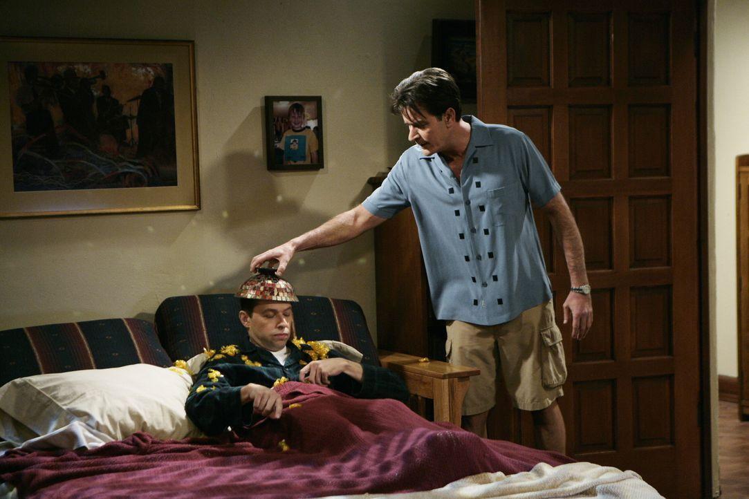 Alan (Jon Cryer, l.) bemüht sich darum, das Haus von Charlie (Charlie Sheen, r.) zu verschönern. Dieser kann der Idee von Alan jedoch so gar nicht... - Bildquelle: Warner Brothers Entertainment Inc.