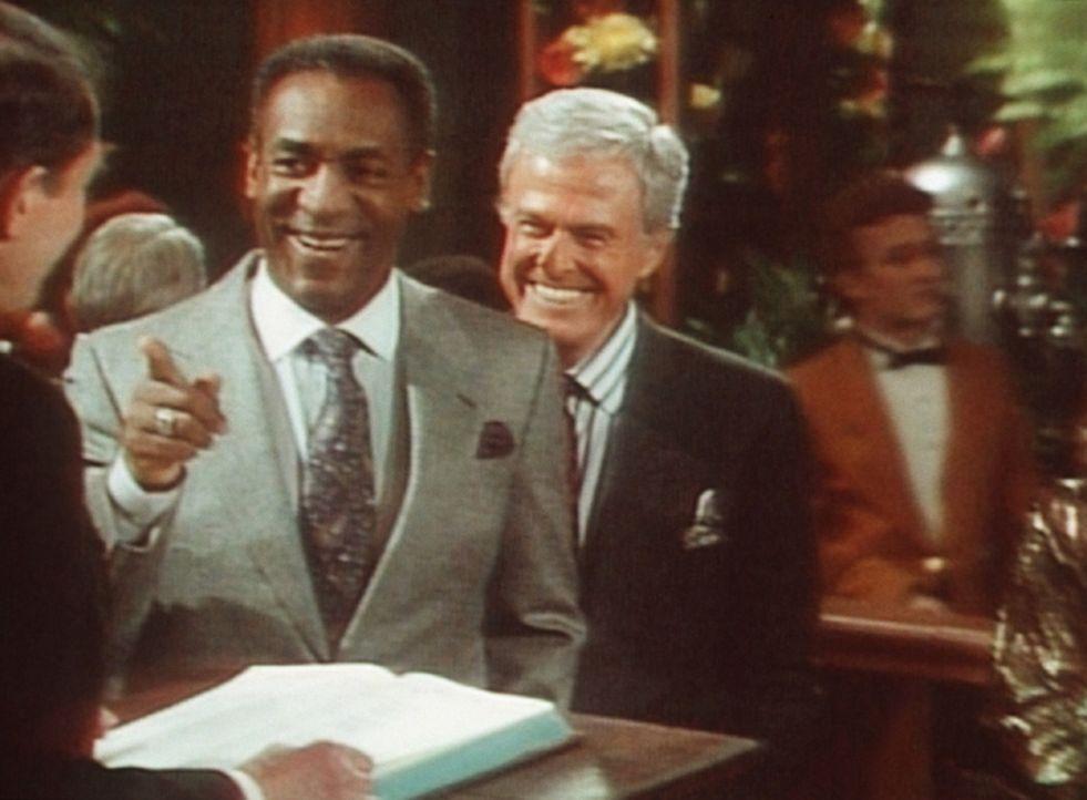 Cliff (Bill Cosby, 2.v.l.) und sein Freund Scott (Robert Culp, 2.v.r.) kümmern sich um ihre Tischreservierung im Restaurant ... - Bildquelle: Viacom