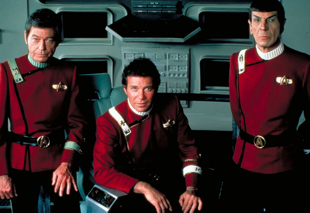 Adm. James T. Kirk (William Shatner, M.), Cpt. Spock (Leonard Nimoy, r.) und Cmdr. McCoy (DeForest Kelley, l.) bilden auf der Sternenflottenakademie... - Bildquelle: Paramount Pictures