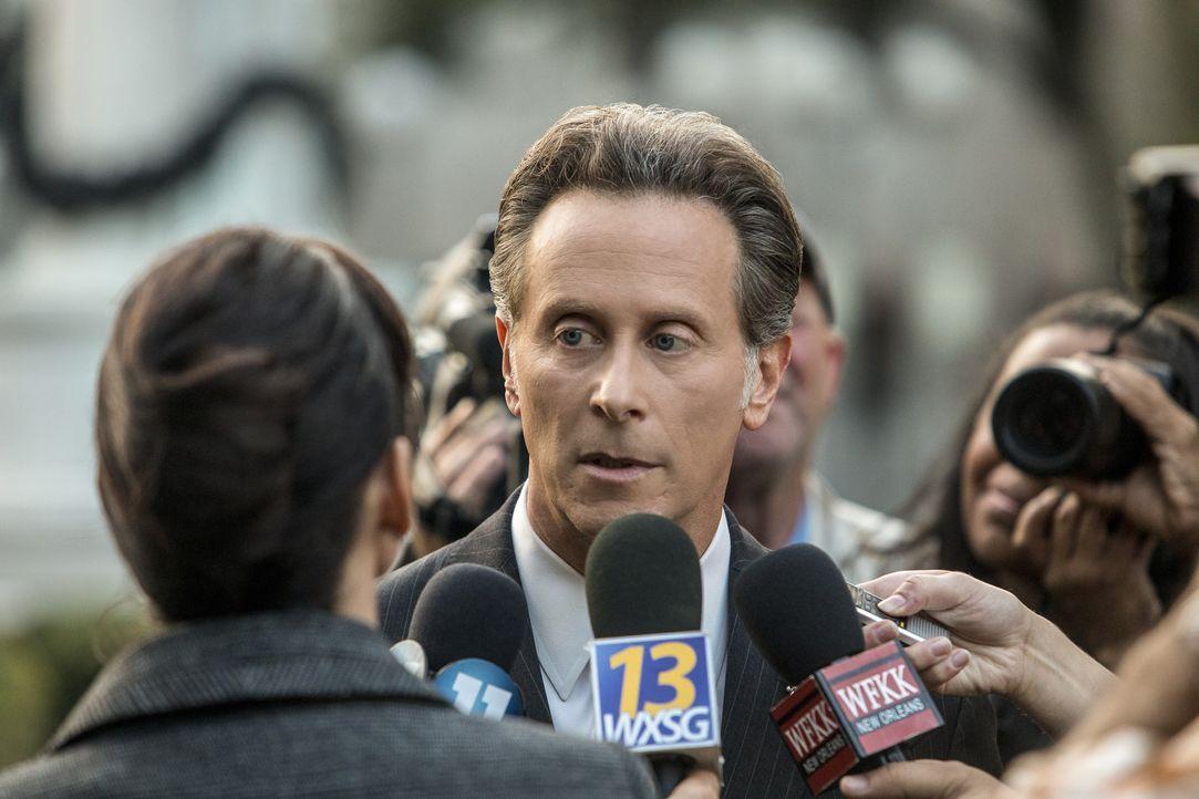 Vor den Reportern beteuert Bürgermeister Hamilton (Steven Weber) seine Unschuld, obwohl er eigentlich keine weiße Weste hat ... - Bildquelle: 2017 CBS Broadcasting, Inc. All Rights Reserved