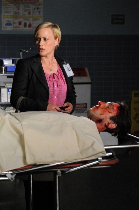 Der Geist von Jeremy Kiernan (Pablo Schreiber, r.) nimmt Kontakt zu Allison Dubois (Patricia Arquette, l) auf und bittet sie um einen Gefallen ... - Bildquelle: Paramount Network Television