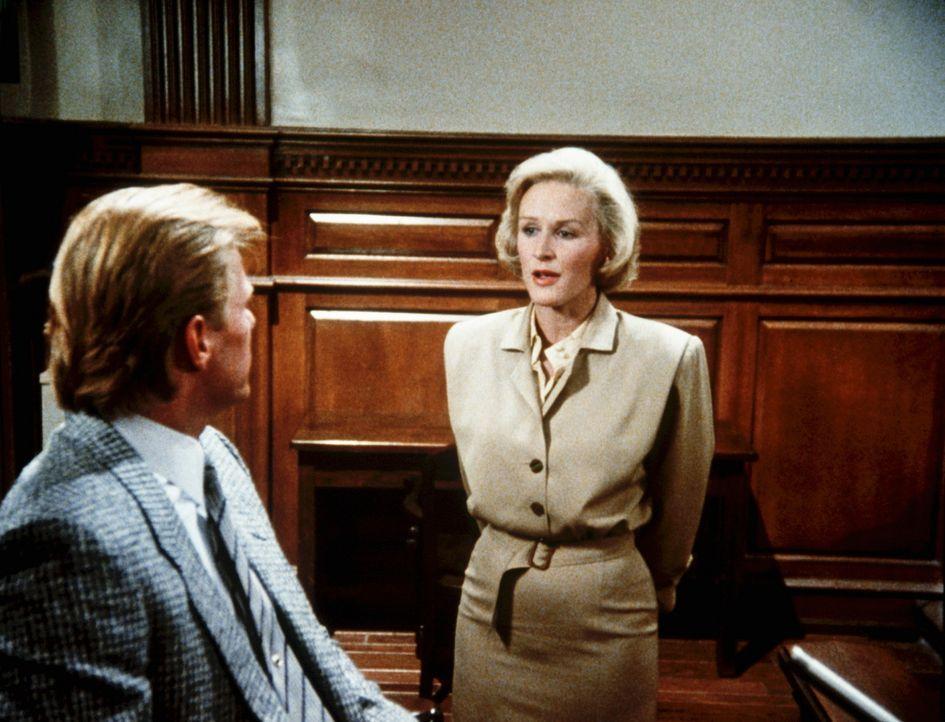 Verteidigerin Barnes (Glenn Close, r.) vernimmt einen Zeugen... - Bildquelle: Columbia Pictures