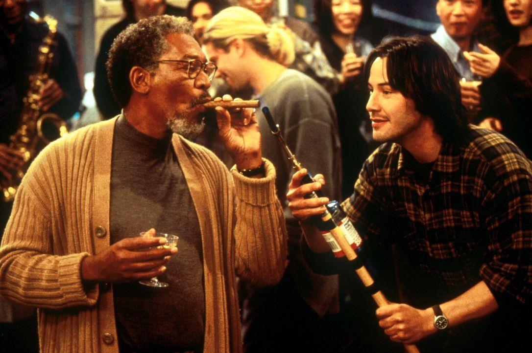 Noch feiern Eddie Kasalivich (Keanu Reeves, r.) und Paul Shannon (Morgan Freeman, l.) ausgelassen den Erfolg ihrer Forschungsarbeit.