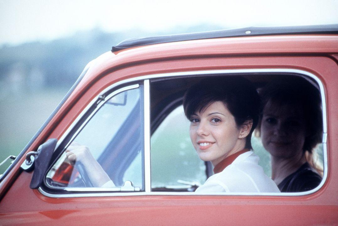 Kurz vor ihrer Hochzeit mit Dwayne reist Faith (Marisa Tomei, l.) mit ihrer besten Freundin Kate (Bonnie Hunt, hinten r.) nach Italien ... - Bildquelle: CPT Holdings, Inc.