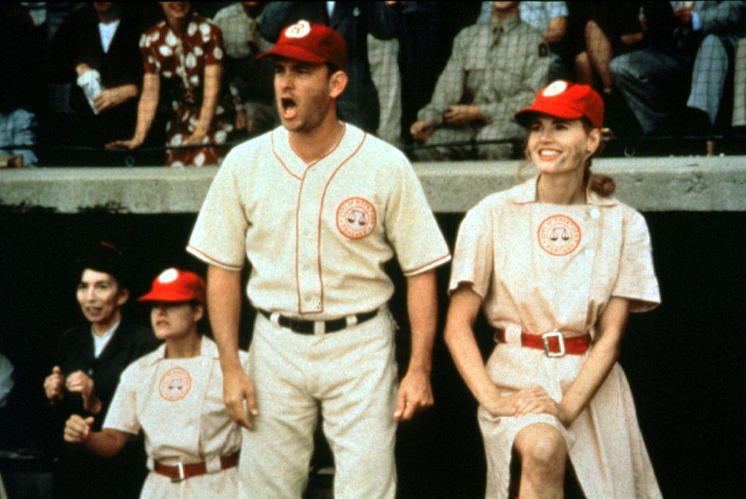 Ex-Baseball-Profi Jimmy Dugan (Tom Hanks, l.) und seine Starspielerin Dottie (Geena Davis, r.) feuern ihre Mannschaft im Spiel um die Meisterschaft... - Bildquelle: Columbia Pictures