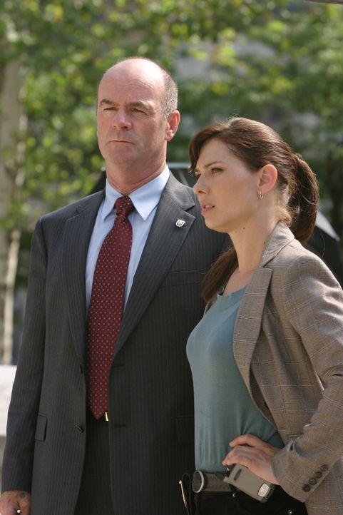 Der aktuelle Fall bereitet Josie Sutton (Sarah Brown, l.) und Lt. John Stillman (John Finn, r.) Kopfzerbrechen ... - Bildquelle: Warner Bros. Television