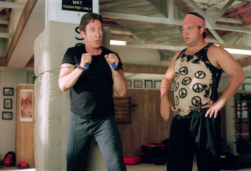 Um seinen Gegner, seinen ungehobelten Kollegen bezwingen zu können, nimmt Joe (Tim Allen, l.) Kampfsportunterricht bei einem ehemaligen, mittlerweil... - Bildquelle: 2001 Twentieth Century Fox Film Corporation. All rights reserved.